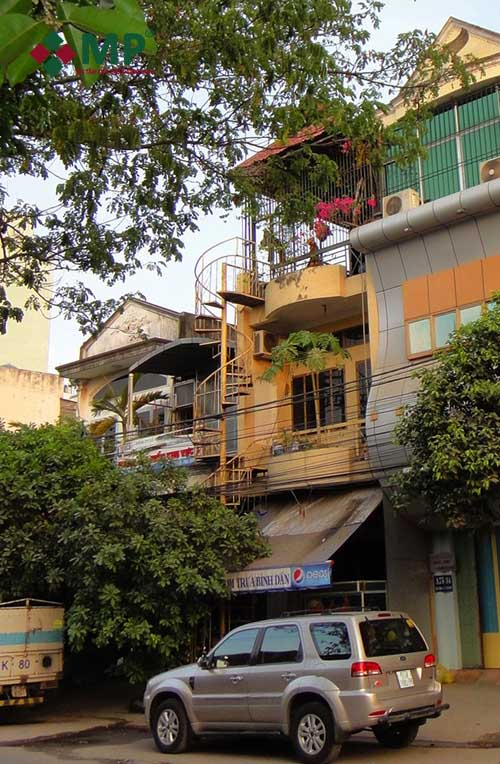 mặt tiền ngôi nhà 3 tầng đã xuống cấp